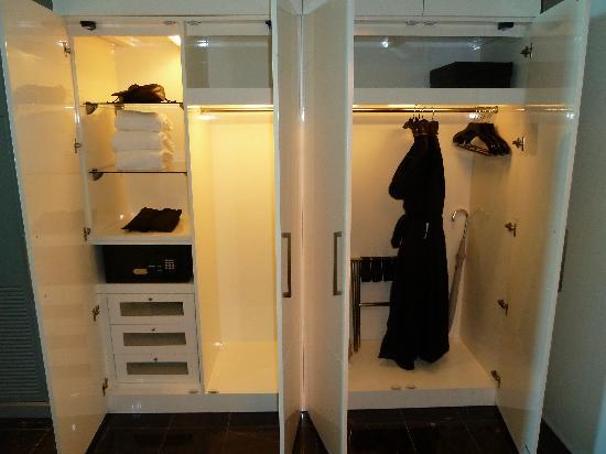 Great Hotel Beaux Arts, Autograph Collection: The Closets In The Bathroom