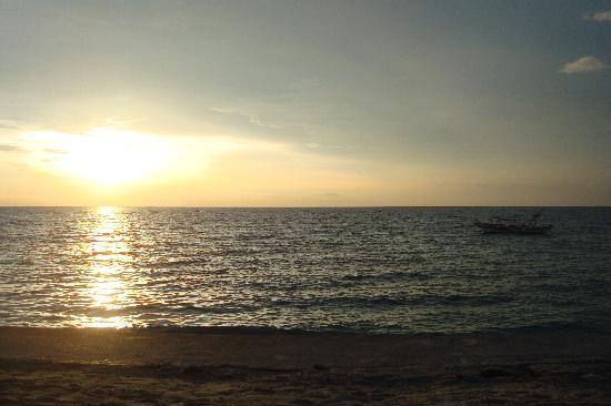 Sunset at Aninuan Beach Resort: The Beach
