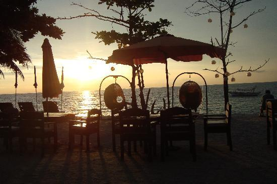 Sunset at Aninuan Beach Resort: Lounge Area (Right)