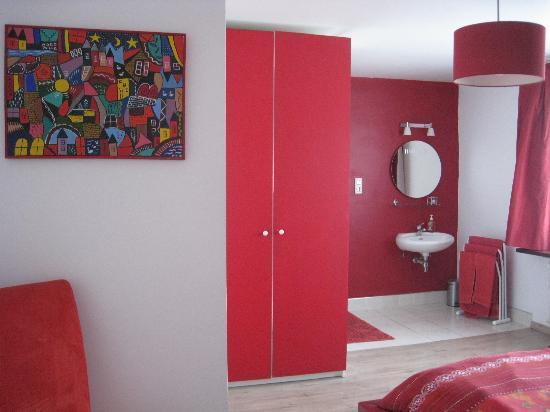 Bed and Breakfast Het Consulaat: shower and sink in room