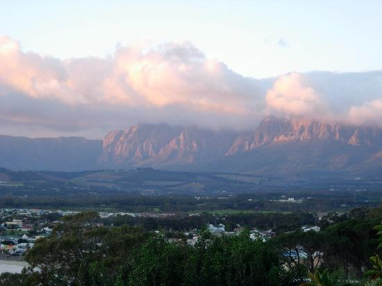 Gordon's Bay, แอฟริกาใต้: View of Helderberg Mountain