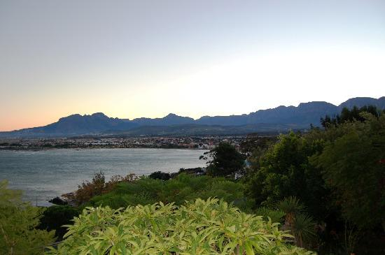 Gordon's Bay, África do Sul: Sunrise over Helderberg Mountain