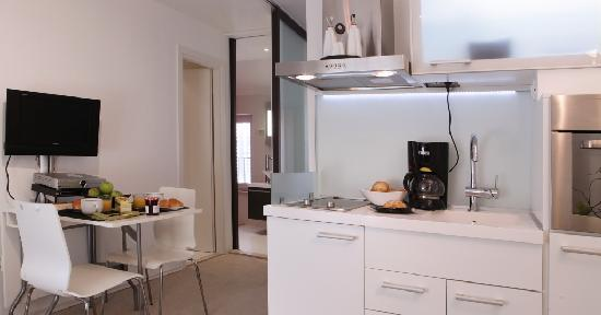 MirO Studio Apartments: The kitchenette is fully equipped to prepare light meals