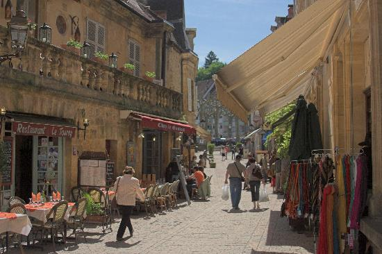 Sarlat-la-Canéda, Γαλλία: Southern Street south of the Church