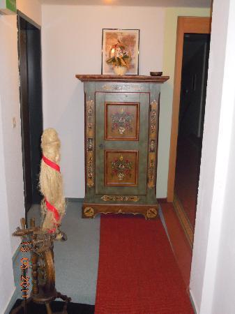 Hotel Fröhlich: nice decoration closet in hallway