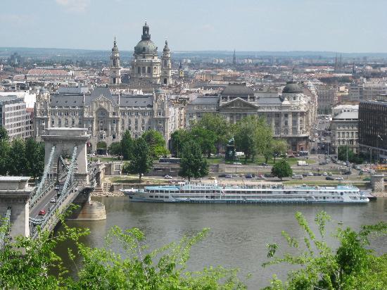 Budapest, Hungary: Вид с будавар на Цепной мост и GRESHAM PALACE HOTEL