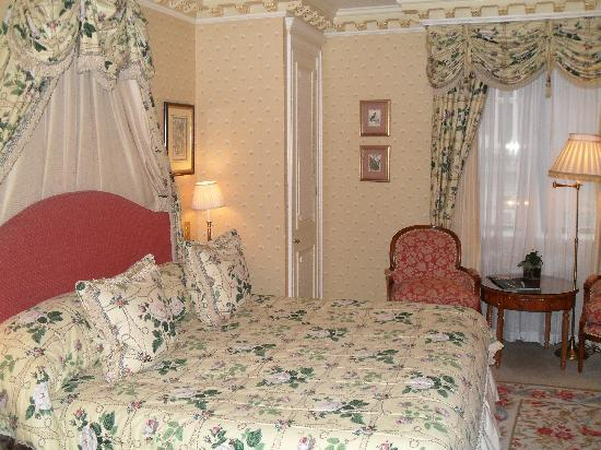 The Dorchester: bedroom