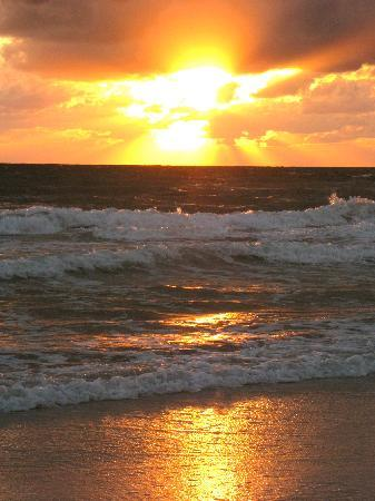 Holmes Beach, FL: enjoy the sunset every night
