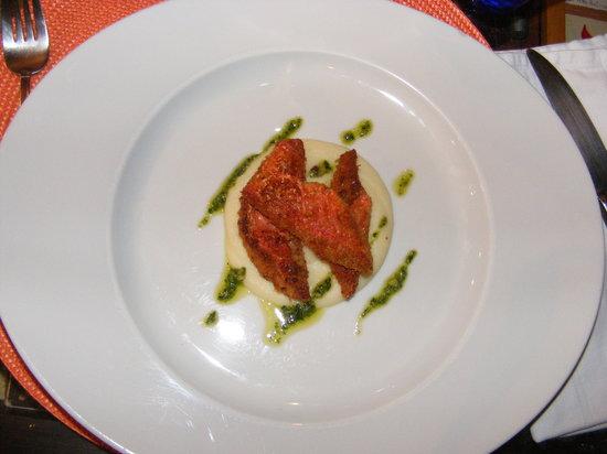 Al baccanale: Filetti di triglia su letto di crema di patate e pesto senza aglio.