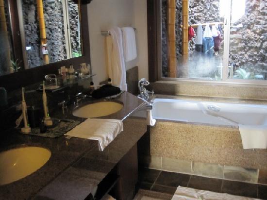 Four Seasons Resort Hualalai: Large bathroom