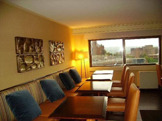 Sheraton Syracuse University Hotel & Conference Center: Club Lounge sitting area overlooking campus