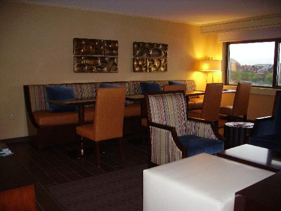 Sheraton Syracuse University Hotel & Conference Center: Club Lounge seating