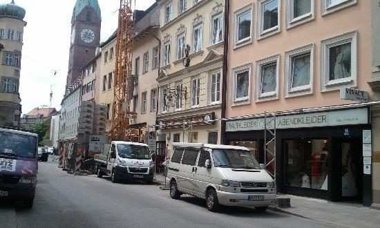 Hotel Munchner Kindl: main entrance - dont miss it because of the constractions around:)