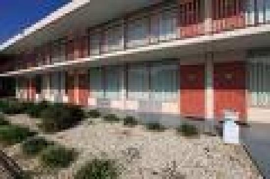 Americas Best Value Inn: Building Exterior