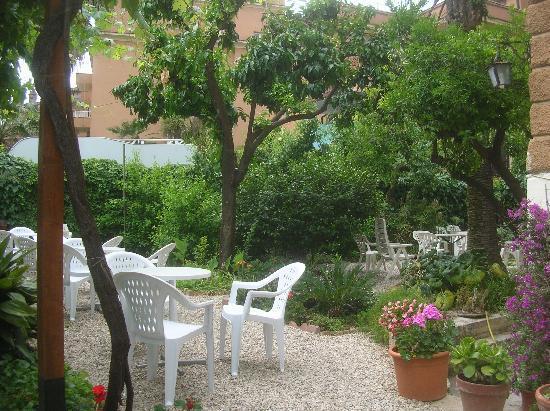 Hotel Lodi: jardin del hotel para desayunar