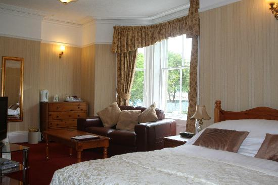 Strathmore Guest House: Deluxe double room over looking St johns church