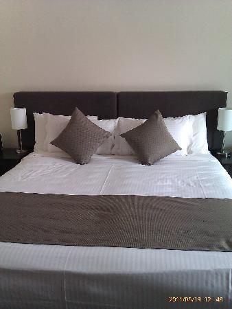 Adelaide Meridien Hotel & Apartments : Queen bed