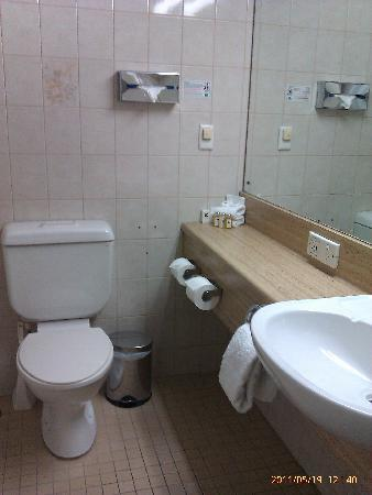 Adelaide Meridien Hotel & Apartments : Bathroom