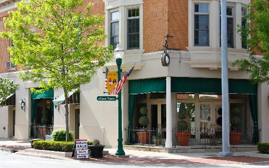 The Inn At Versailles: Beautiful downtown location