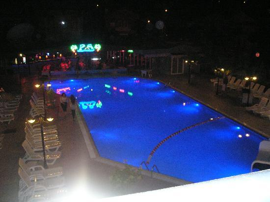 Club Alpina Apartments Hotel: the pool at night