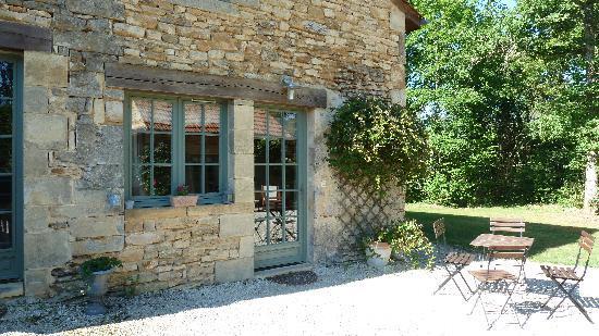La Roche D'Esteil : Une des chambres avec accès au jardin