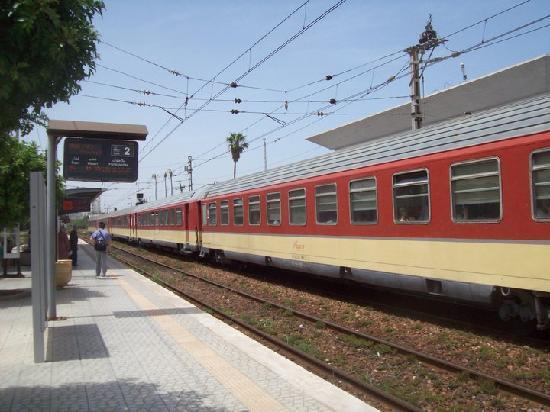 Casablanca, Maroc : Gare de Mohamédia. Train pour fès.