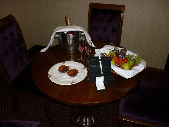 Mount Errigal Hotel: This is how the hotel staff laid room out!