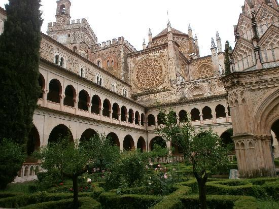 Hospederia Real Monasterio : claustro mudejar