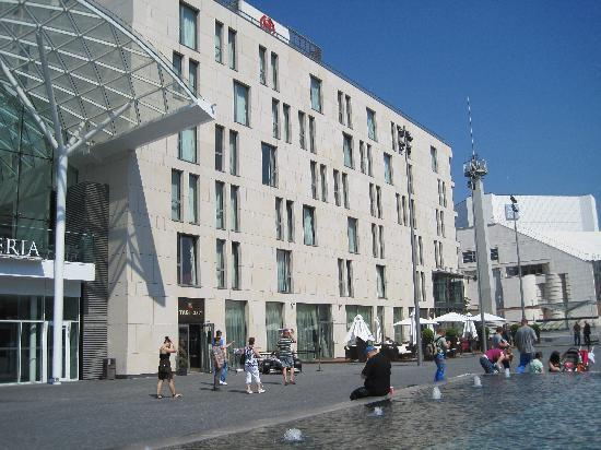 Sheraton Bratislava Hotel: View of the hotel from the square