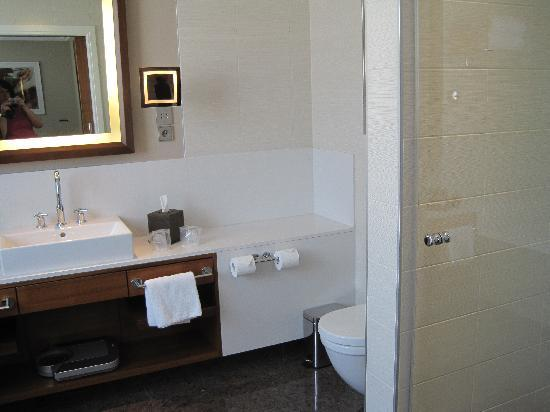 Sheraton Bratislava Hotel: Part view of the bathroom