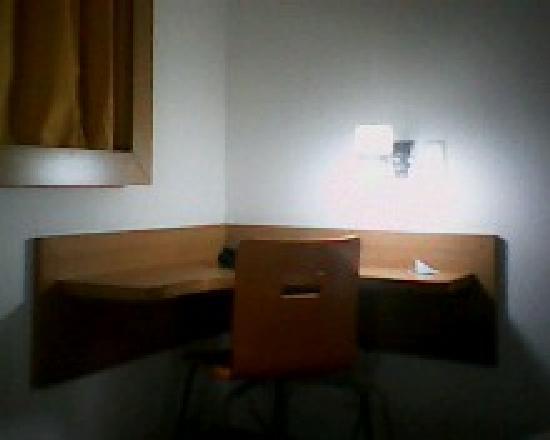 Mega Polo Hotel: Mesa de trabalho, muito bom.