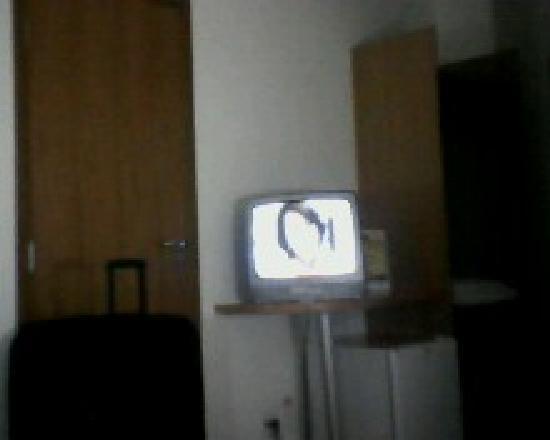 Mega Polo Hotel: Roupeiro e TV.