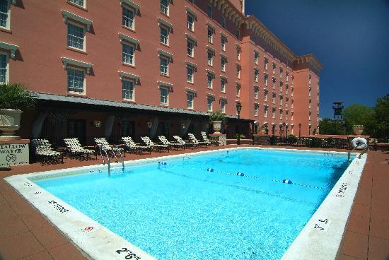 The Mills House Wyndham Grand Hotel: Pool and pool deck, one of the few in Charleston hotels