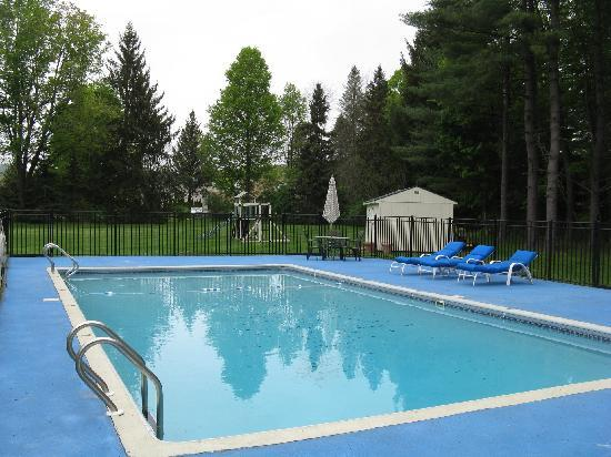 Lantern House Motel Great Barrington: A closer view of the pool
