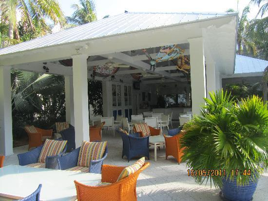 Parrot Key Hotel and Resort: Pool bar area = serves food and drinks