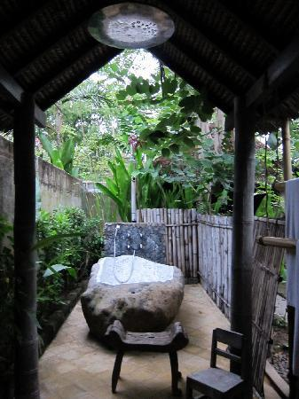 Hotel Tugu Lombok : outdoor shower at bhagavat gita suite