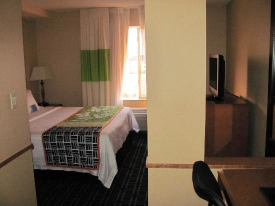 Fairfield Inn & Suites Sierra Vista: bedroom with flat screen tv