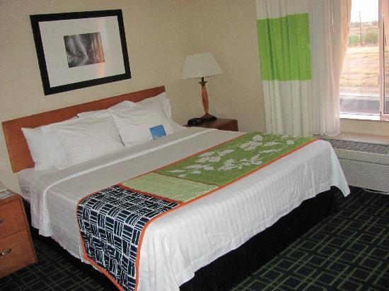 Fairfield Inn & Suites Sierra Vista: nice king bed