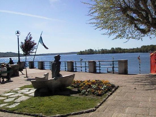 Arona, Italia: Famosa Statua sul lungo lago