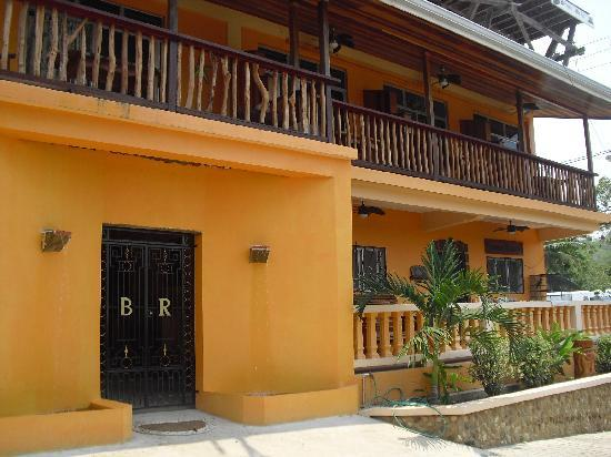 Benque Resort and Spa : Front of hotel and Lounge