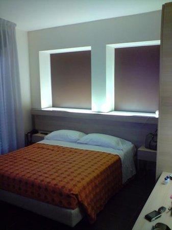 Hotel Taormina & Residence: particolare camera matrimoniale