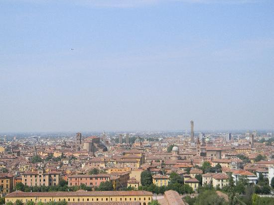 Bologna, Italië: Vista di Bologn adall'alto, dalla Basilica di San Michele