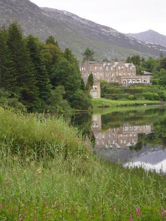 Ballynahinch Castle Hotel: Ballynahinch Castle from the road