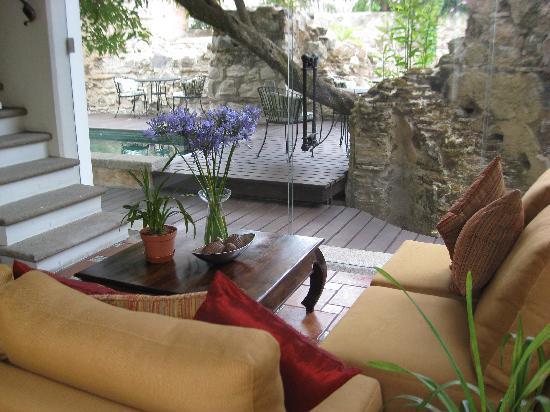 Hotel Cirilo: Interior looking toward the pool