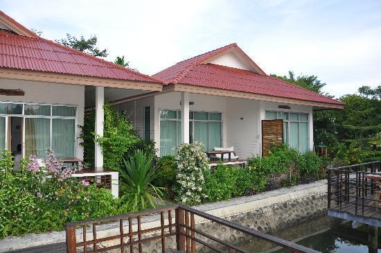 Ruan Panalee Resort : room from river