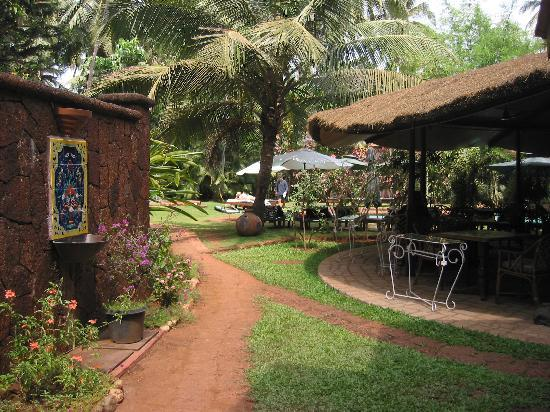Presa di Goa Country House: View of the garden and outdoor dining area