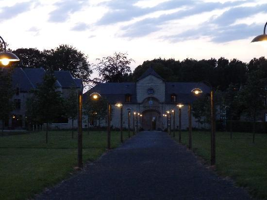 Thermae Boetfort Spa and Hotel: le pavillon d'accueil au crépuscule