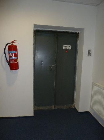 Hotel Morava: Uralt-Aufzug