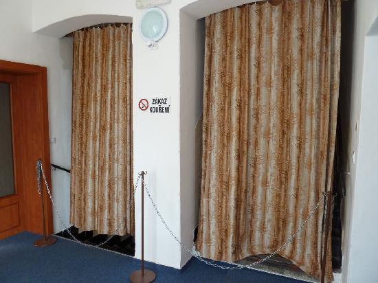 Hotel Morava: Wohin führen diese geheimnisvollen Vorhänge?