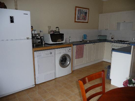 Airport Accommodation Perth: Large Kitchen